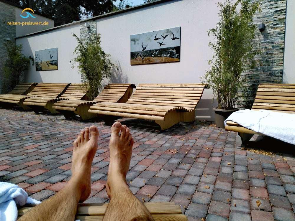 Außenbereich im Hotel Badehof Bad Salzschlirf - Liegen