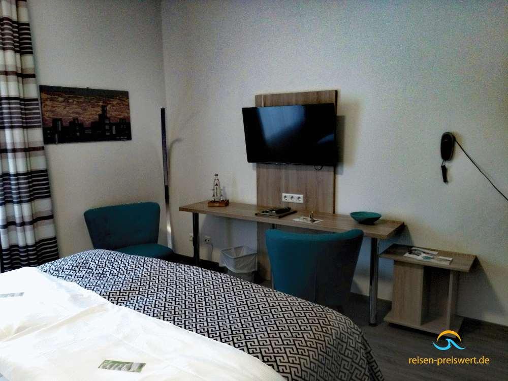 Zimmer mit Flatscreen im Hotel Badehof Bad Salzschlirf