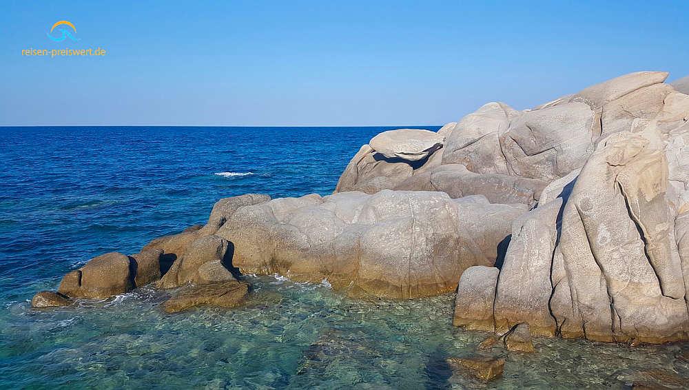 Strand und Felsen im Urlaub in Griechenland - Chalkidiki