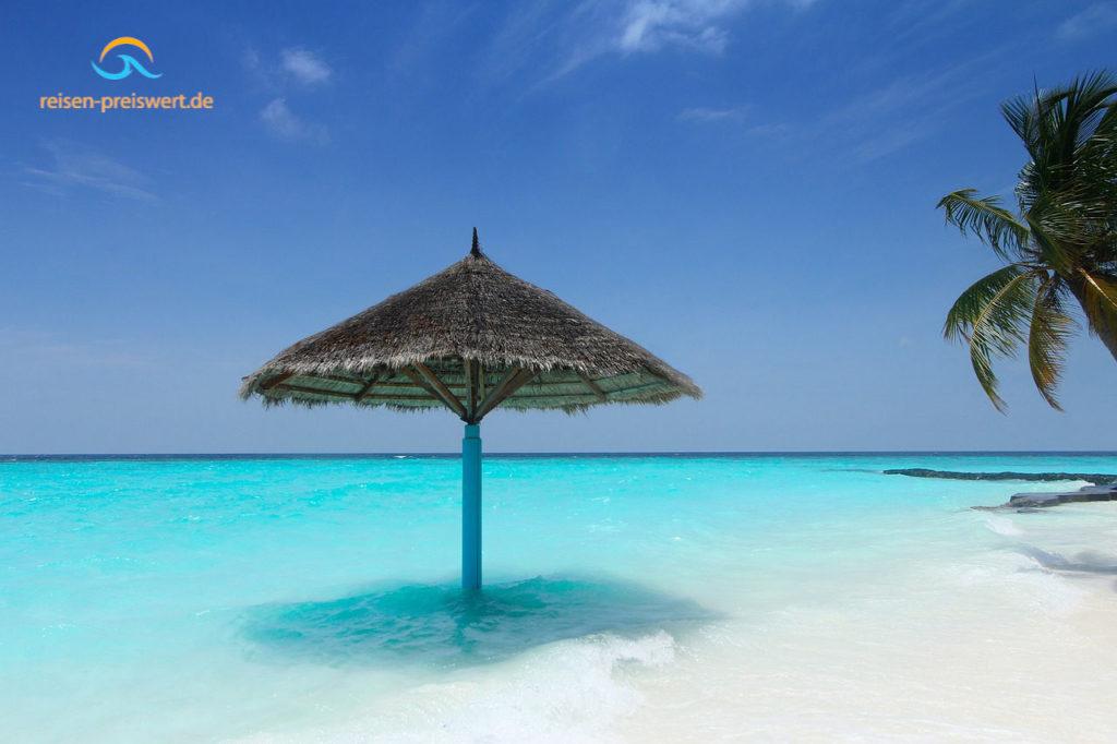 Sonnenschirm im Meer - Urlaub auf den Malediven