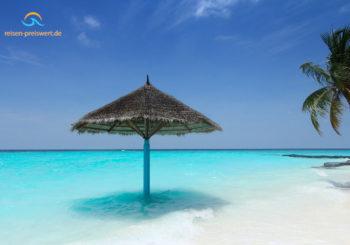 Malediven – Sonnenschirm am Strand oder im Meer?