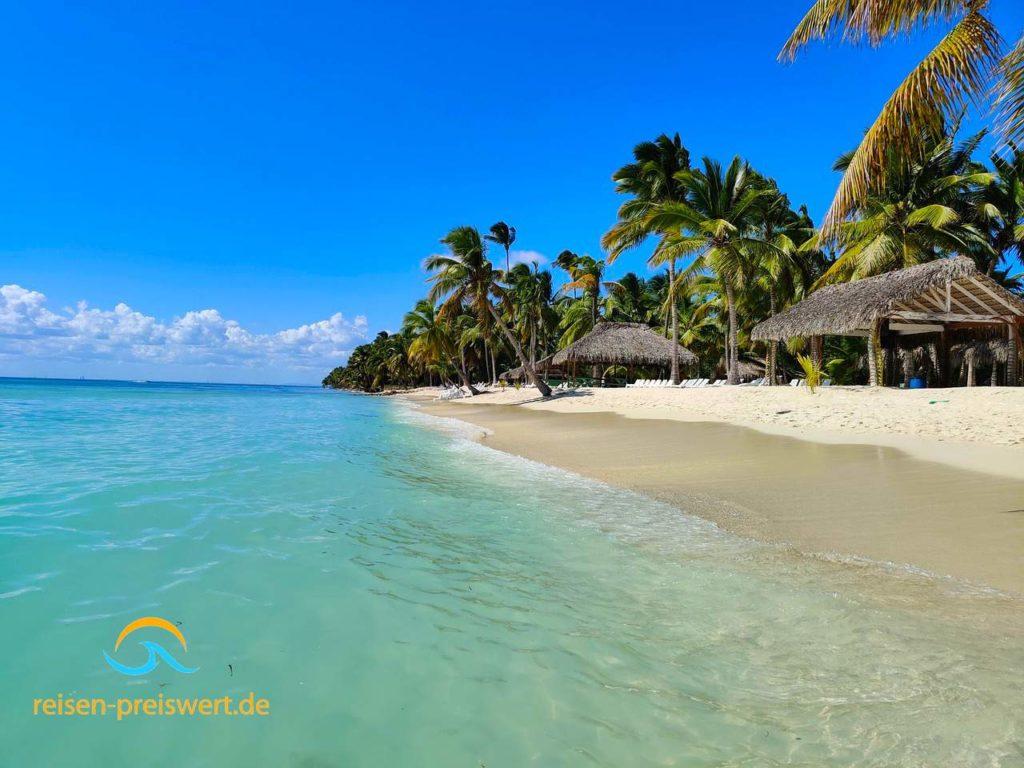 Strand auf Saona in der Dominikanischen Republik - Palmen, Meer und Sandstrand www.reisen-preiswert.de