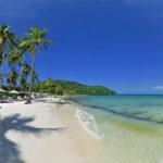 Die Insel Phu Quoc liegt im Golf von Thailand und gehört zu Vietnam. Langer Sandstrand mit Palmen und klarem Wasser