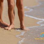Familienurlaub am Strand - barfuß im Sand am meer